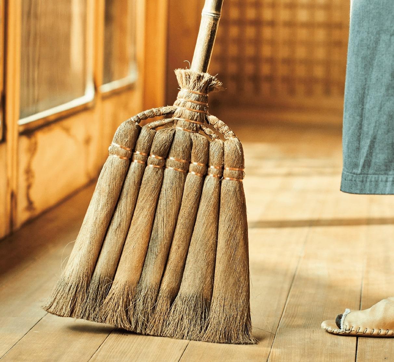 掃きながら、磨いている