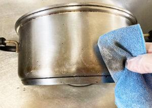 薄茶色っぽく変色したステンレス鍋